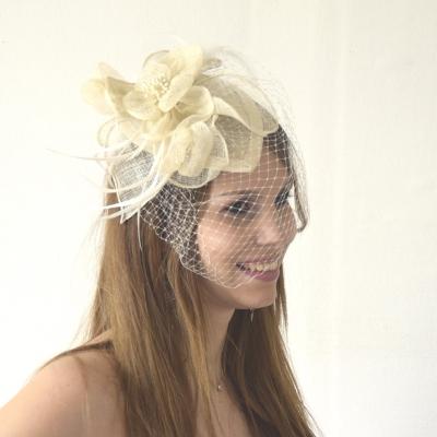 Un chapeau de cérémonie blanc design pour apporter plus d'entrain à votre tenue